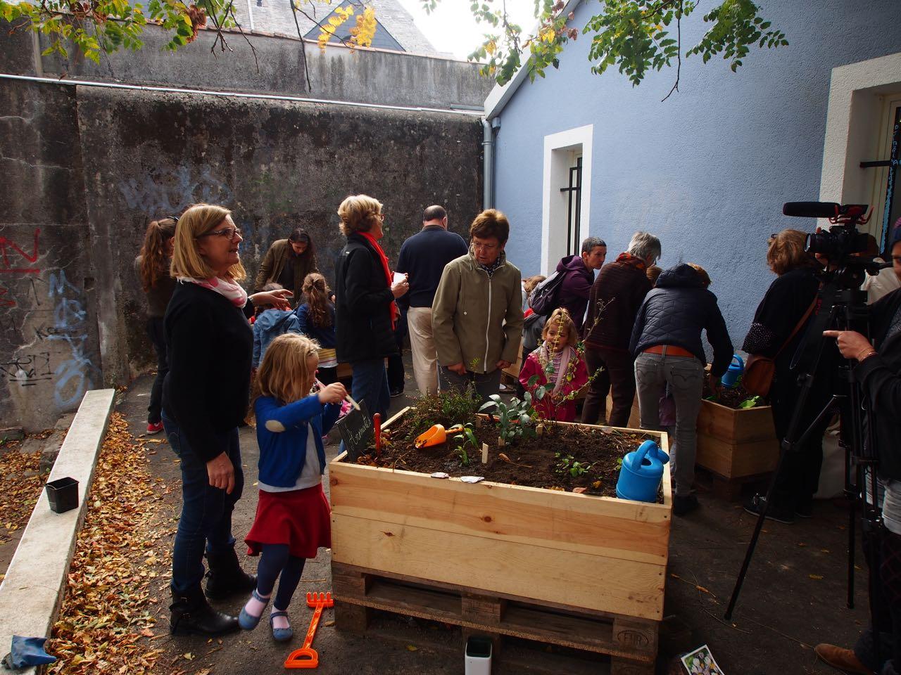 Fleurs de pav s inauguration du petit jardin du 42 la for Le jardin morat